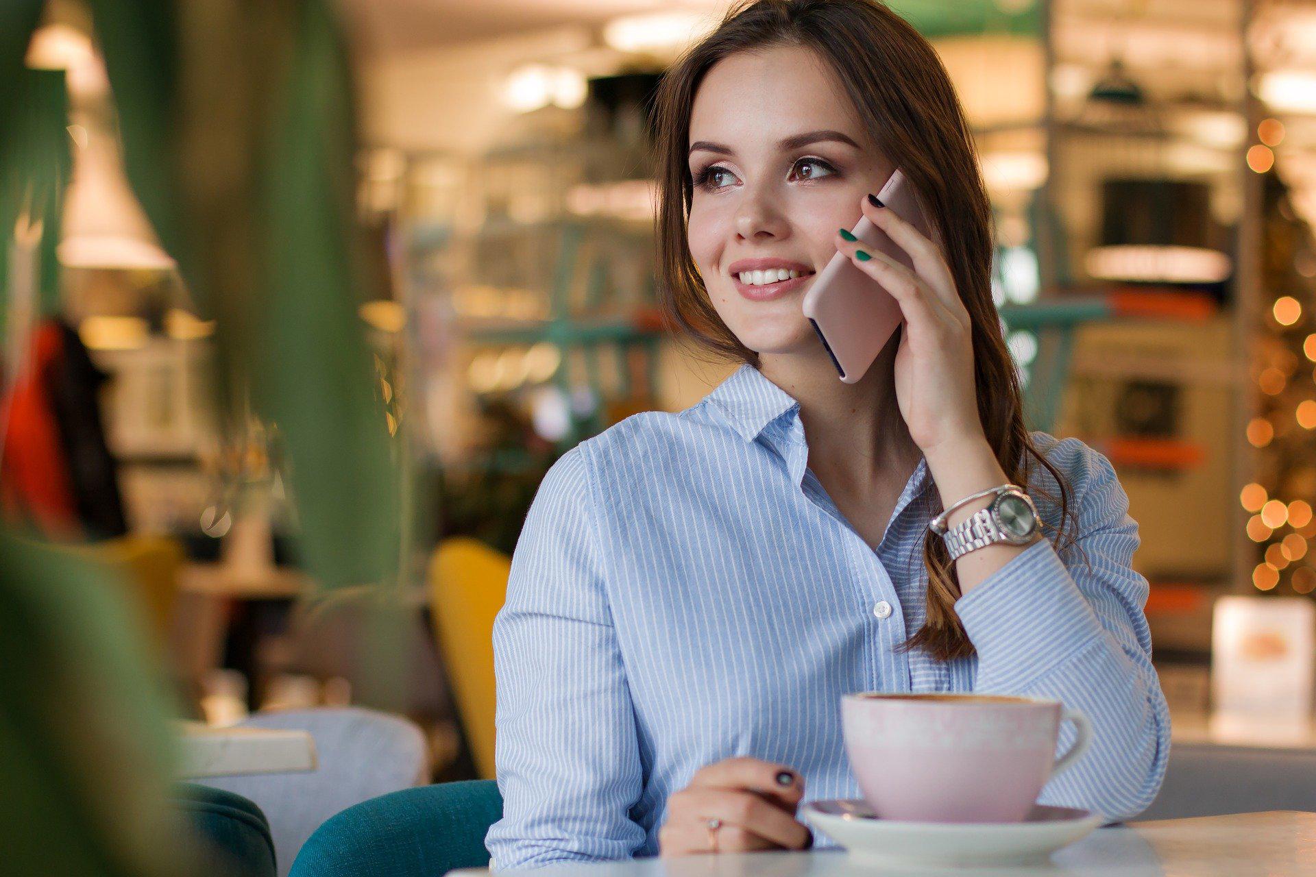 Сколько надо разговаривать по телефону, чтобы стать счастливее?