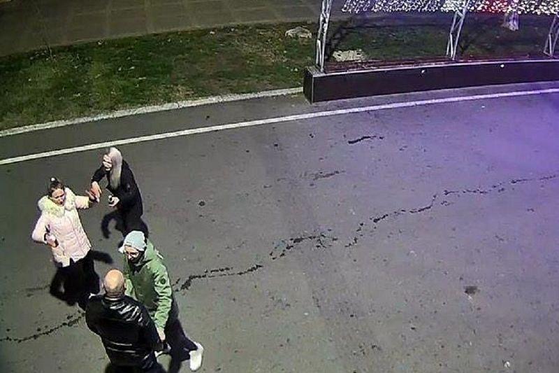 Полицейские нашли вандалов, повредивших главную городскую елку на Театральной площади