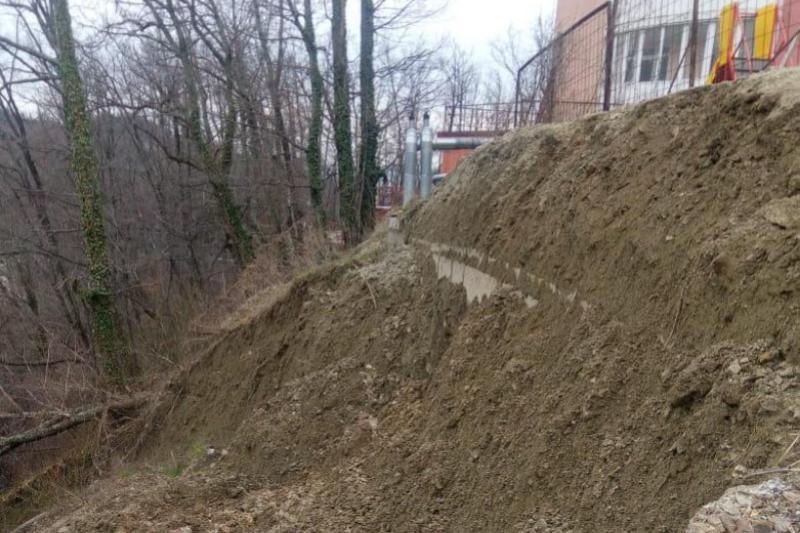 В Туапсе рядом с жилыми домами обвалился грунт