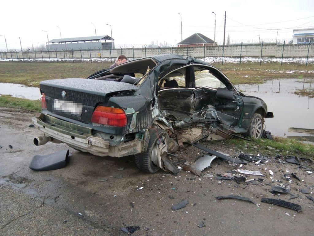 Под Краснодаром 21-летний шофёр БМВ умер при столкновении с 2-мя иномарками