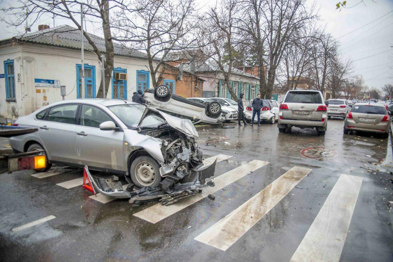 ВКраснодаре вмассовом ДТП перевернулась иностранная машина