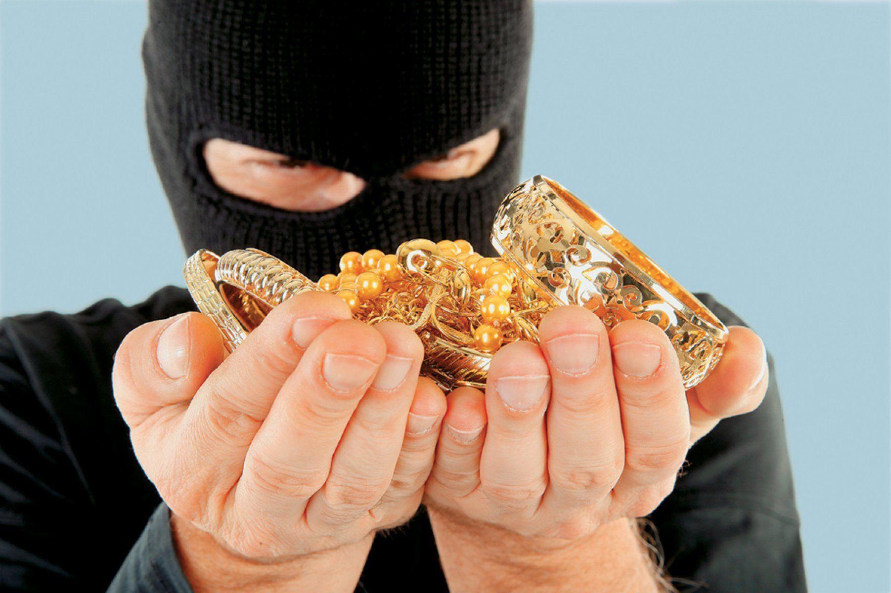 Работник  ювелирного магазина похитил  драгоценности на3 млн руб.