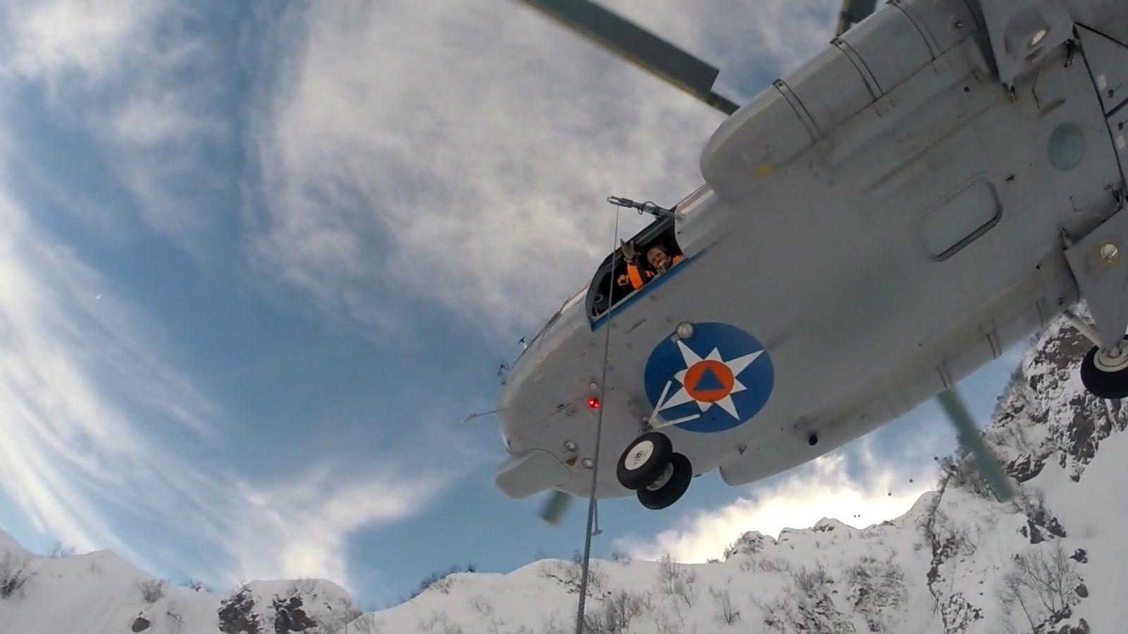 ВСочи cотрудники экстренных служб МЧС эвакуировали навертолете 2-х москвичей-сноубордистов