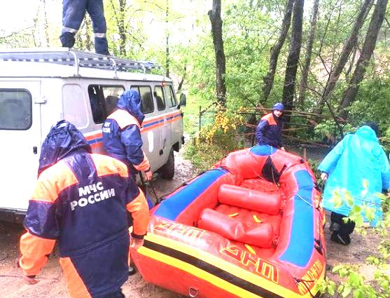 Поиски туристов, которых унесло течением реки в Адыгее, приостановлены из-за темноты
