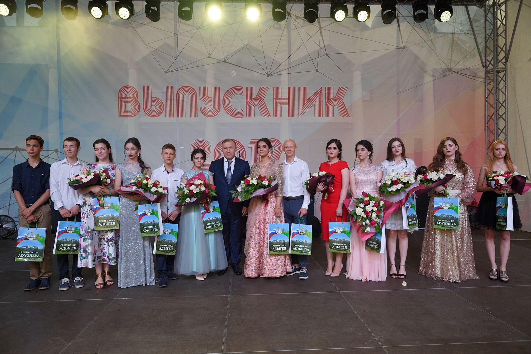 Глава Адыгеи поздравил выпускников школ республики