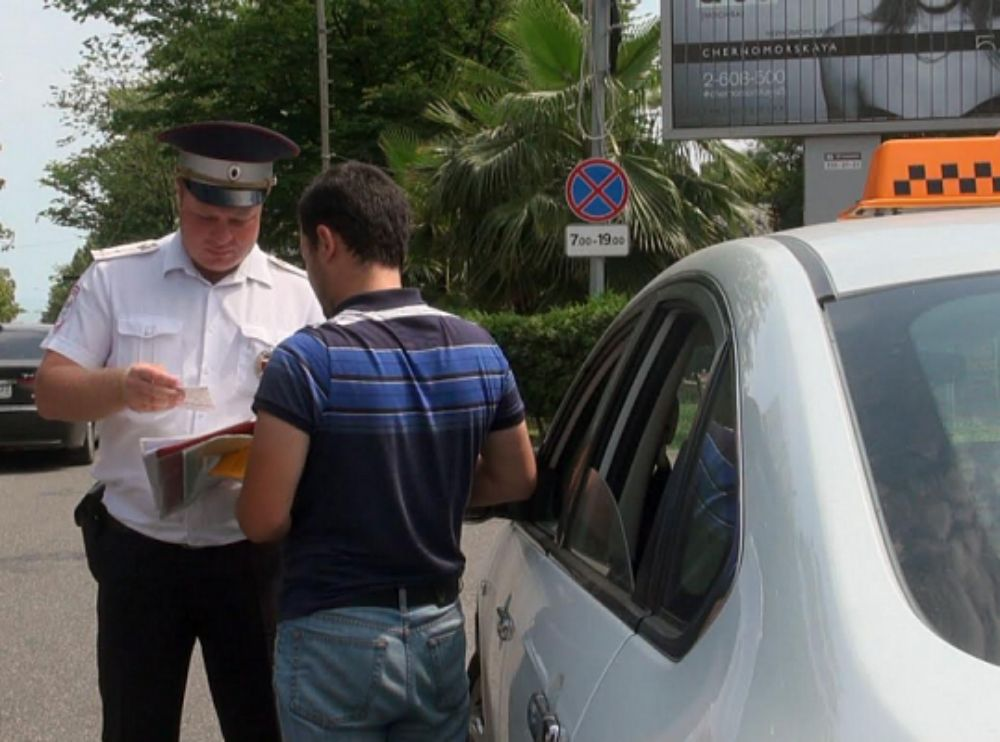 Штраф, конфискация авто и уголовное дело: в Сочи выявлены нелегальные таксисты