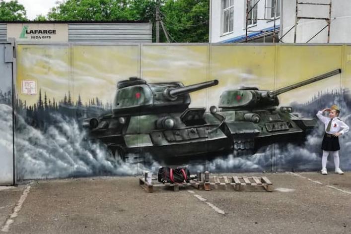 На заборе в Краснодаре нарисовали граффити ко Дню Победы, фото-1