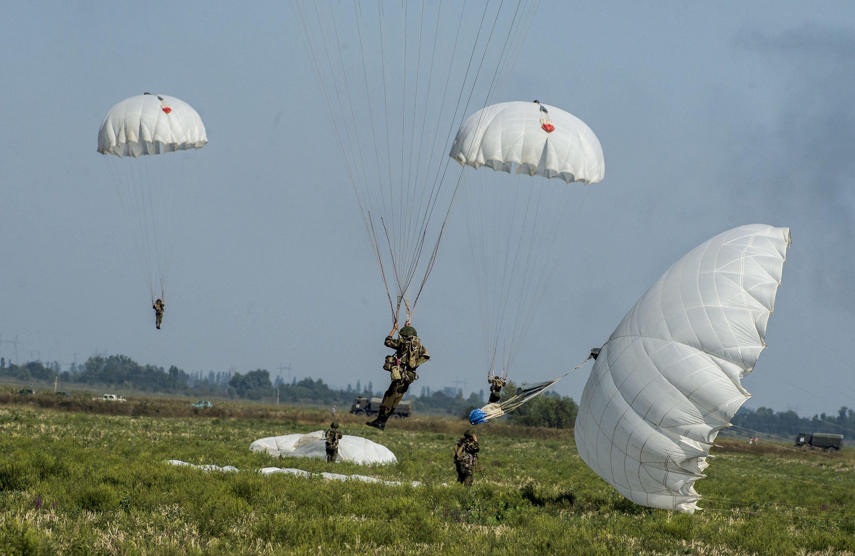 фото парашютистов вдв в небе пляже бесплатные