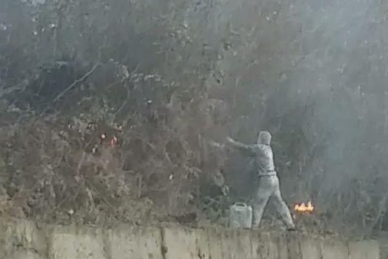 Мужчина разливал топливо и поджигал траву в Сочи