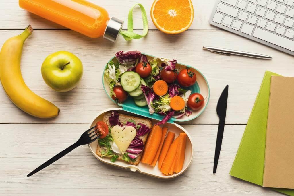 Диетолог назвала правила здорового обеда в офисе