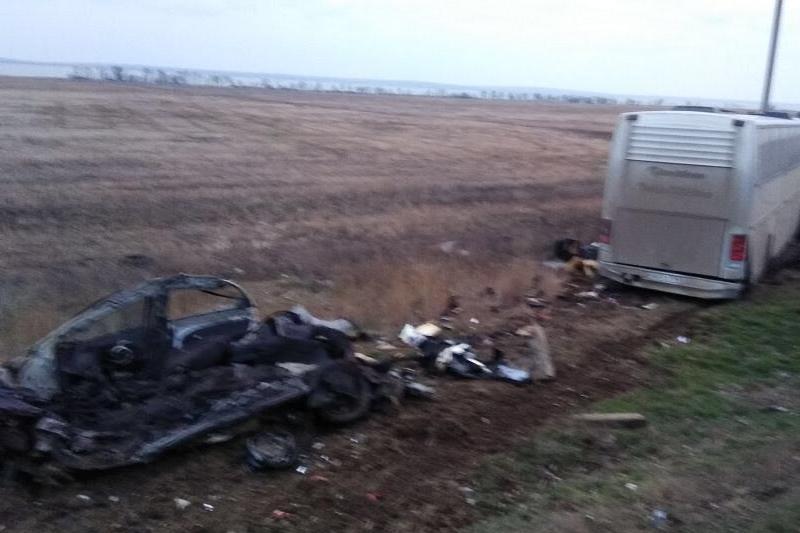 НаКубани автобус собрал «ГАЗель» и легковую машину на«встречке». Погибли двое