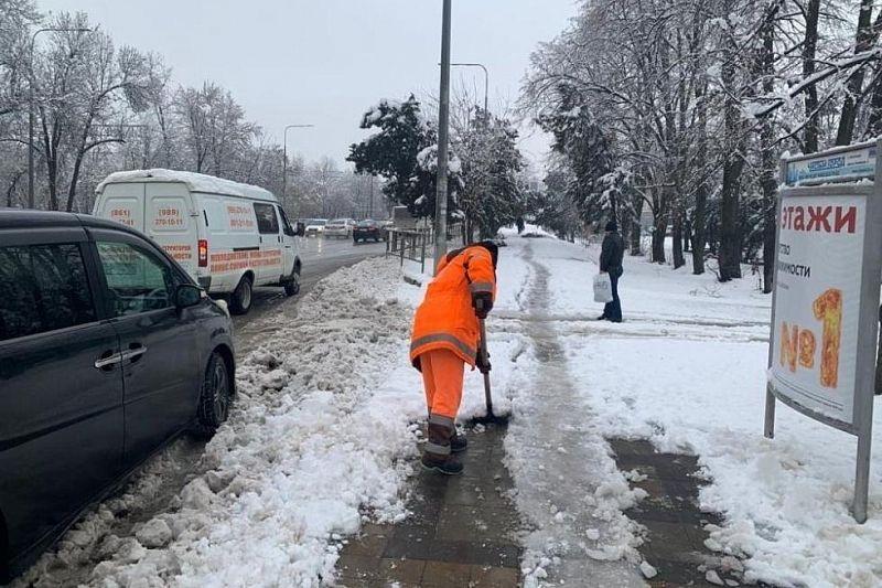 В расчистке и обработке тротуаров от гололеда в Краснодаре задействованы 617 человек и 50 единиц техники