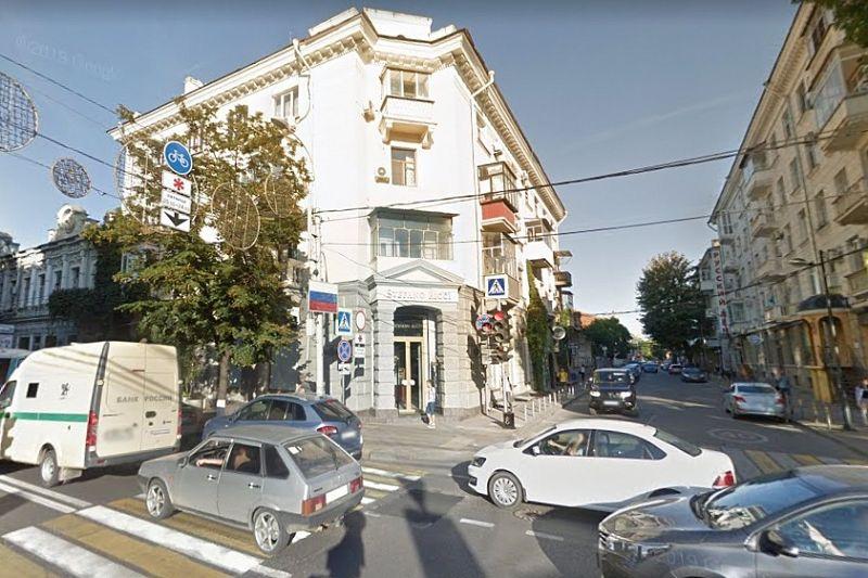 Собственника обязали снести металлопластиковый балкон в историческом здании в центре Краснодара
