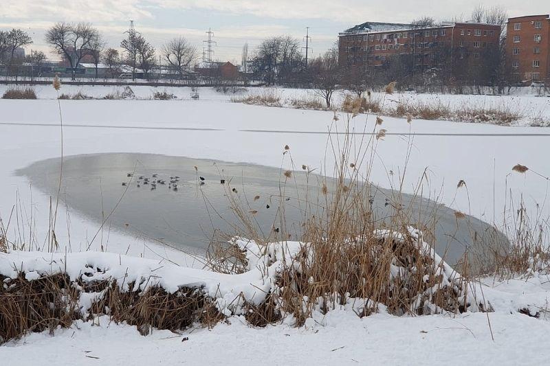 В Краснодаре спасатели патрулируют водоемы из-за опасности тонкого льда
