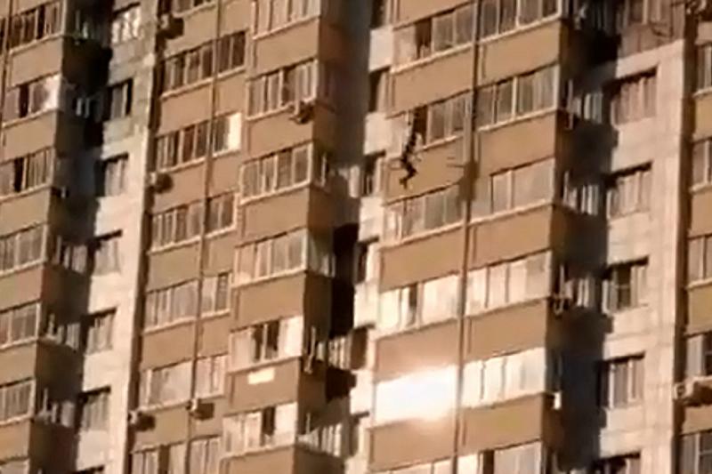 В Краснодаре мужчина сорвался с балкона на 13-м этаже и разбился насмерть