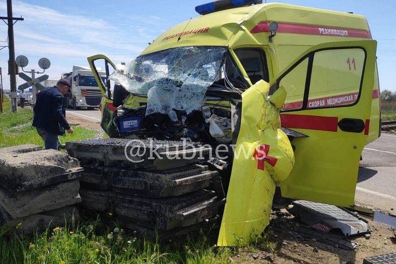 Стали известны подробности столкновения автомобиля скорой помощи с поездом