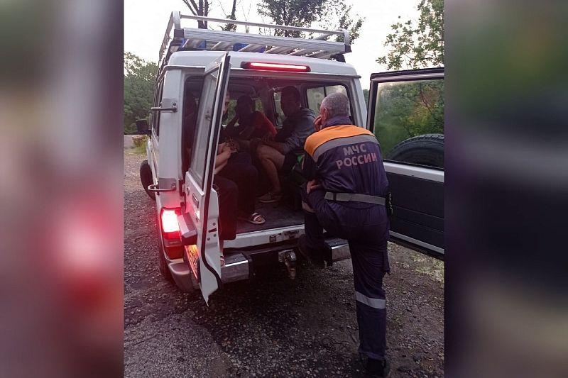 В Сочи спасатели вывели из леса пятерых заблудившихся туристов
