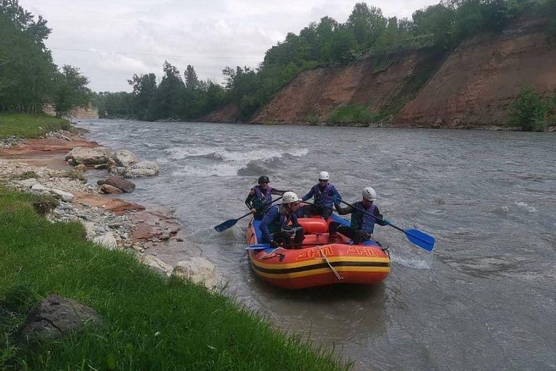 Спасатели Адыгеи продолжают поиски упавшего в горную реку туриста