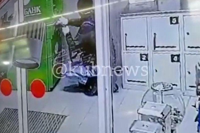 Момент взрыва банкомата в Славянском районе попал на видео