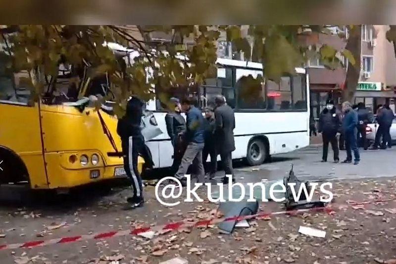 Девять человек пострадали при столкновении двух автобусов