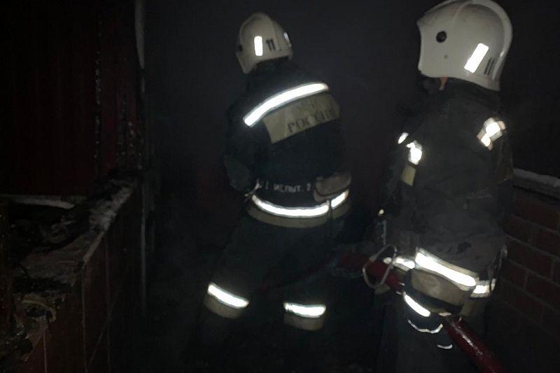 Пять человек эвакуировали из загоревшегося ночью частного дома
