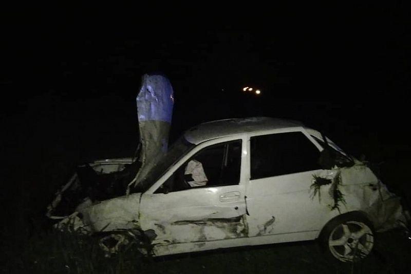 ВАЗ опрокинулся после столкновения с прицепом. Пострадали водитель и ребенок