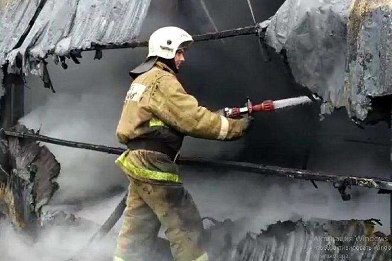 На пожаре в Динской работает лаборатория для замеров ПДК вредных веществ