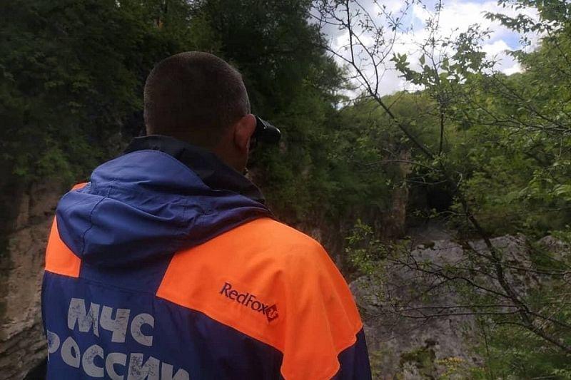 Поиски упавших в горную реку туристов возобновили в Адыгее