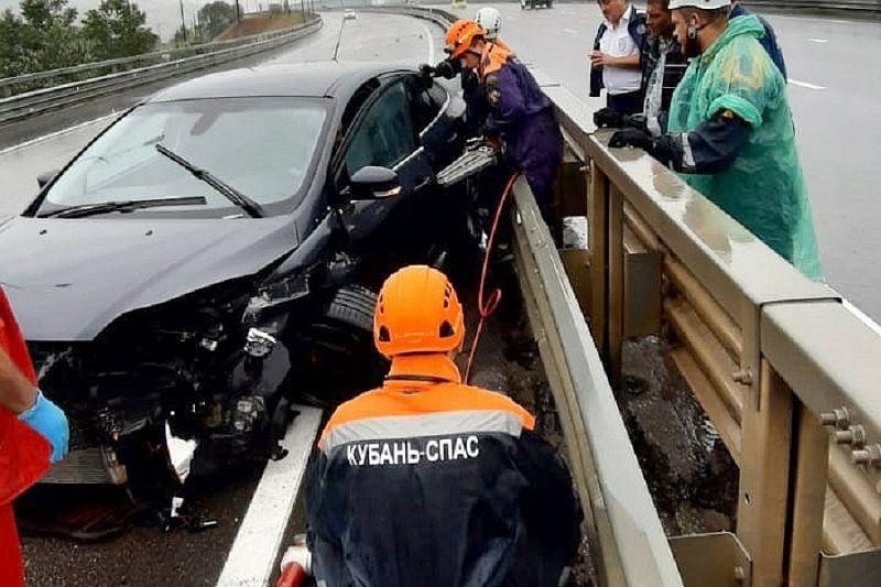 Сочинские спасатели достали водителя, зажатого в салоне иномарки после ДТП