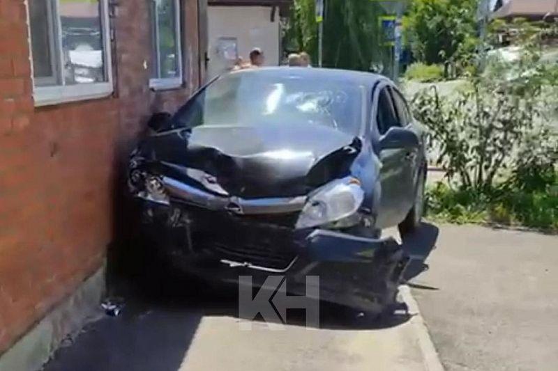 «Опель» и «Тойота» столкнулись на перекрестке в Краснодаре