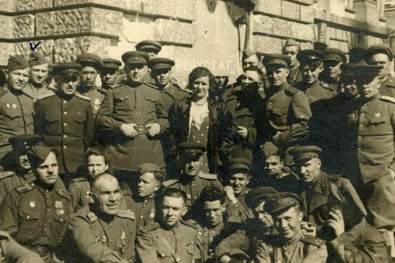 Рейхстаг 31.10.2009 Группа фоицеров и солдат отдела контрарзведки СМЕРШ 70-й армии у рейхстага. Берлин, май 1945 года.