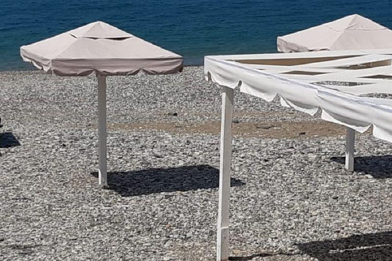 Пляжи в Туапсинском районе оформляют, используя белый цвет и бренд курорта
