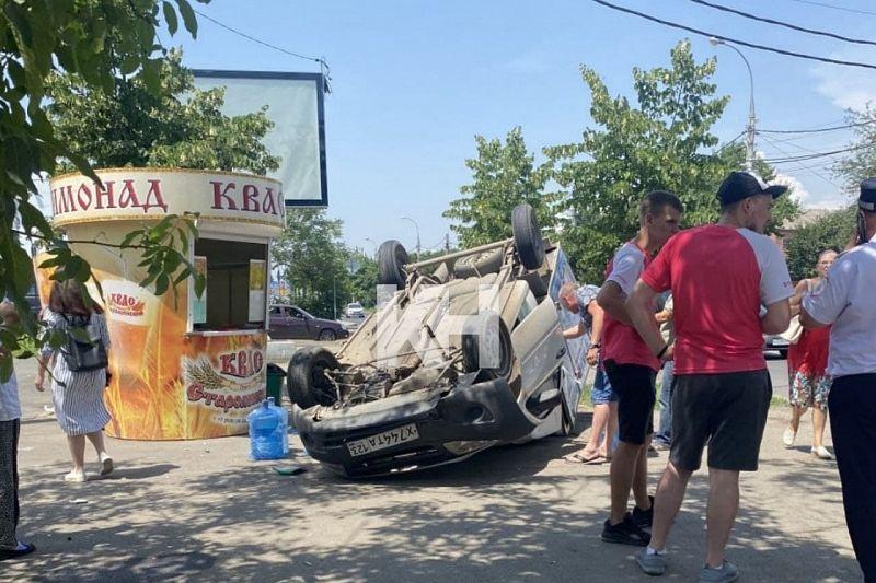 В Краснодаре водитель на «Ладе» сбил велосипедиста и опрокинулся. Пострадали оба