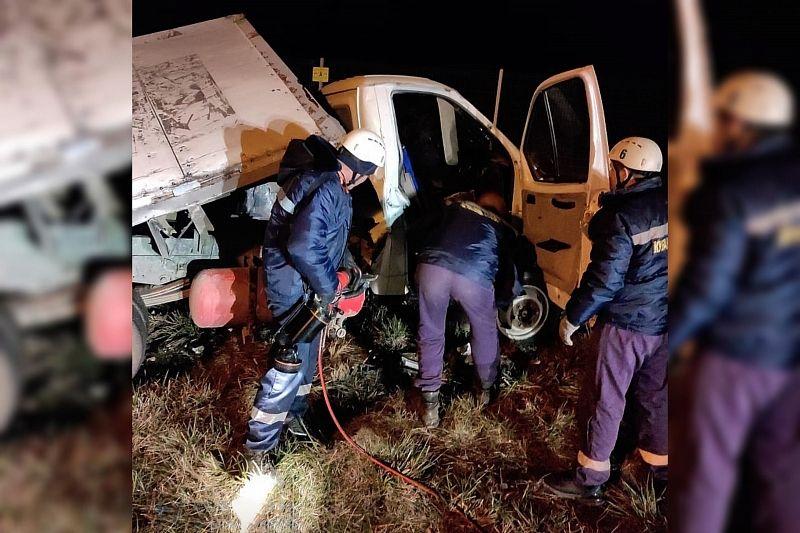 Спасатели освободили двух человек из автомобиля после жесткого ДТП