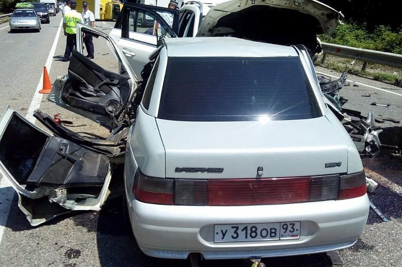 В Краснодарском крае по дороге к морю в массовом ДТП погиб мужчина, есть пострадавшие, фото-1