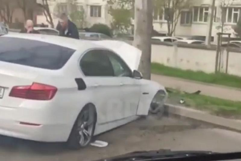 В Краснодаре водитель BMW врезался в столб и попал на видео