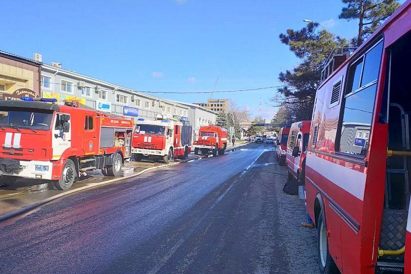 Пожарные полностью потушили огонь на улице Вишняковой