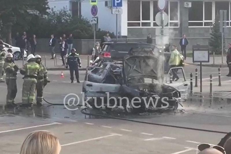 Возле мэрии Краснодара сгорела иномарка