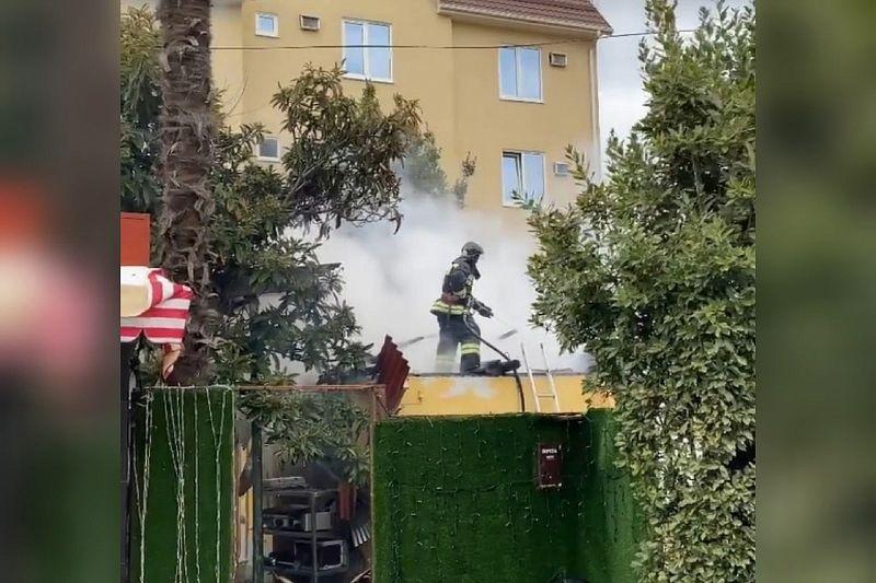 20 человек эвакуировано из-за горящей крыши частного дома на площади 300 кв. м