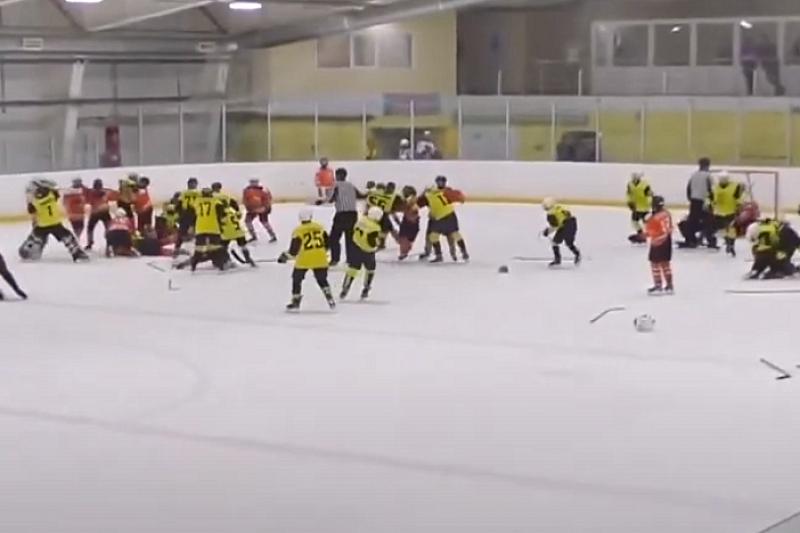 Массовую драку устроили во время матча юные хоккеисты Горячего Ключа и Самары