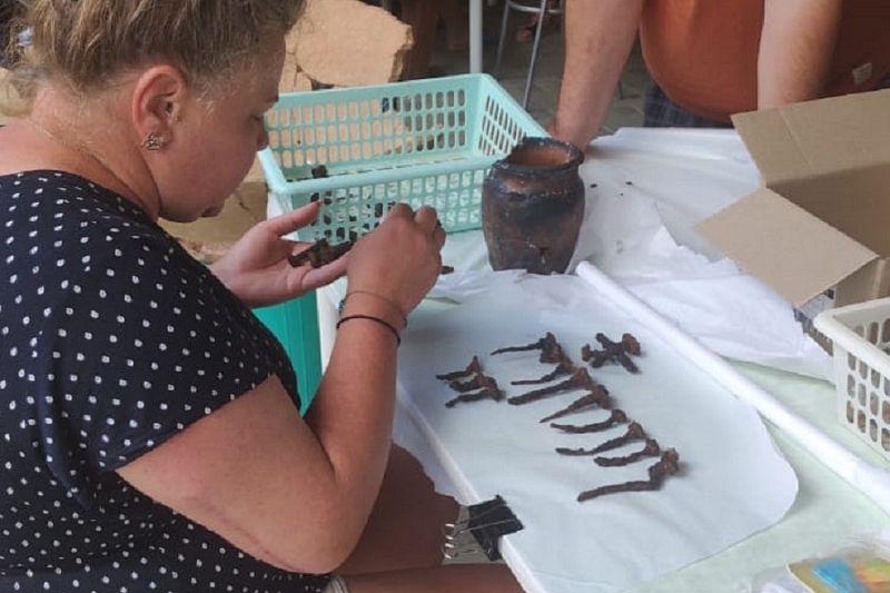 Древний горшок с коваными гвоздями обнаружили археологи в поселке под Анапой