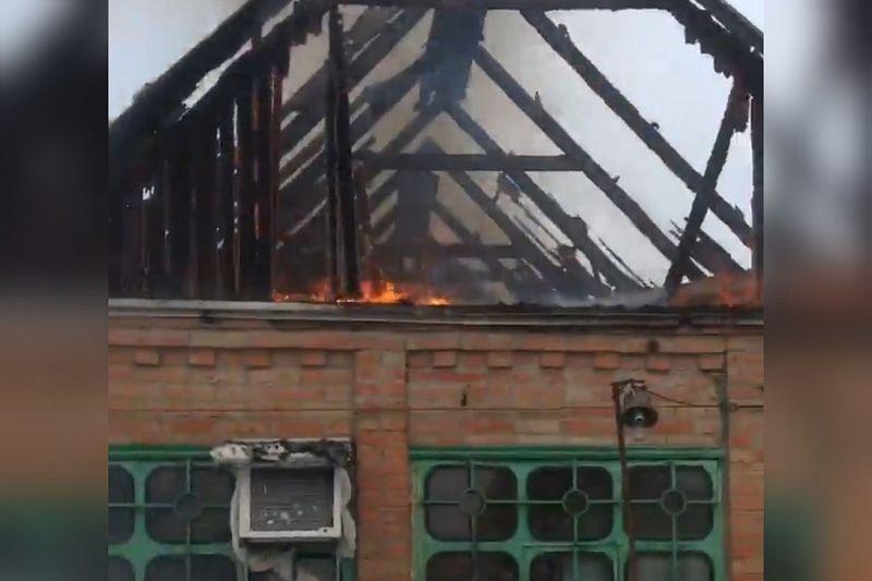 Сотрудники МЧС потушили крышу горящего дома. Есть пострадавший