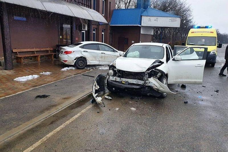 Женщина на иномарке врезалась в дорожное ограждение и получила травмы