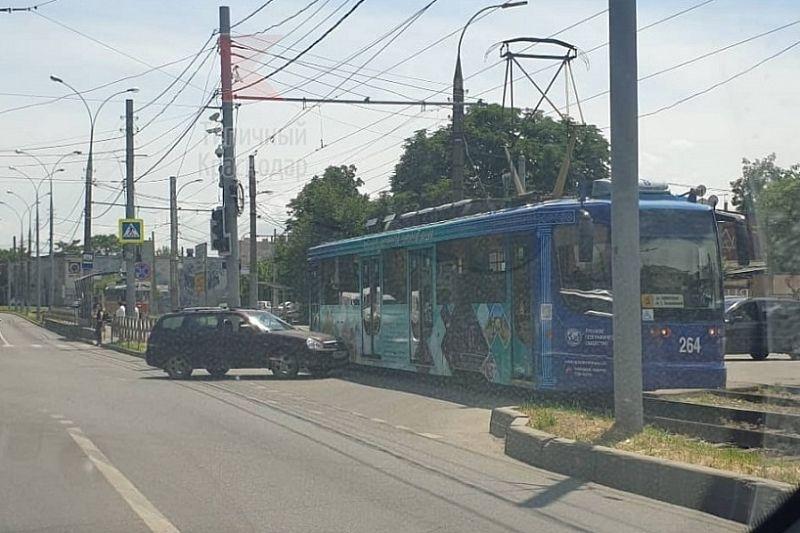 В Краснодаре «Лада Приора» врезалась в трамвай