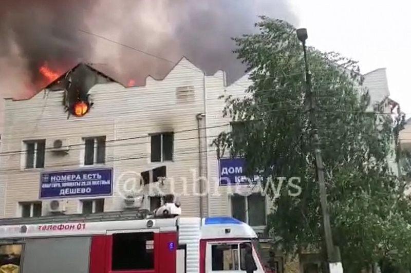 15 человек эвакуировано из-за крупного пожара в частной гостинице в Анапе