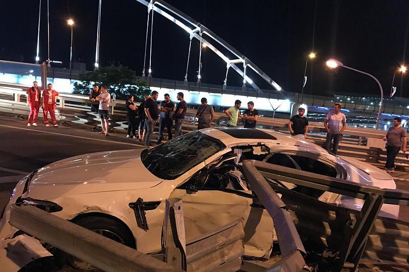 В Сочи водитель BMW врезался в ограждение и погиб. Три его пассажира получили травмы