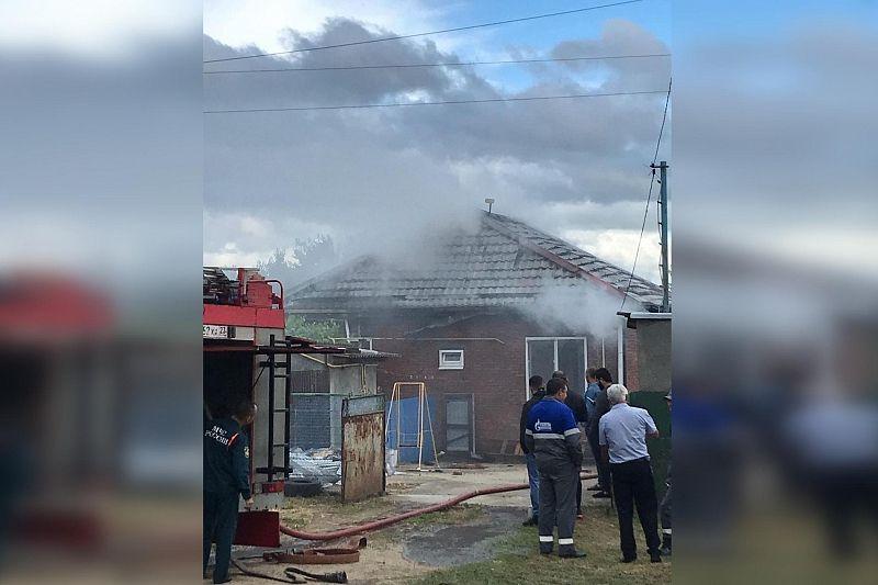 В Выселках загорелся частный дом на площади 144 кв. м
