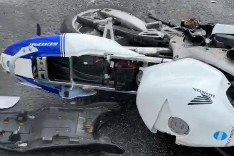 Мотоциклист пострадал при столкновении с двумя иномарками и ограждением