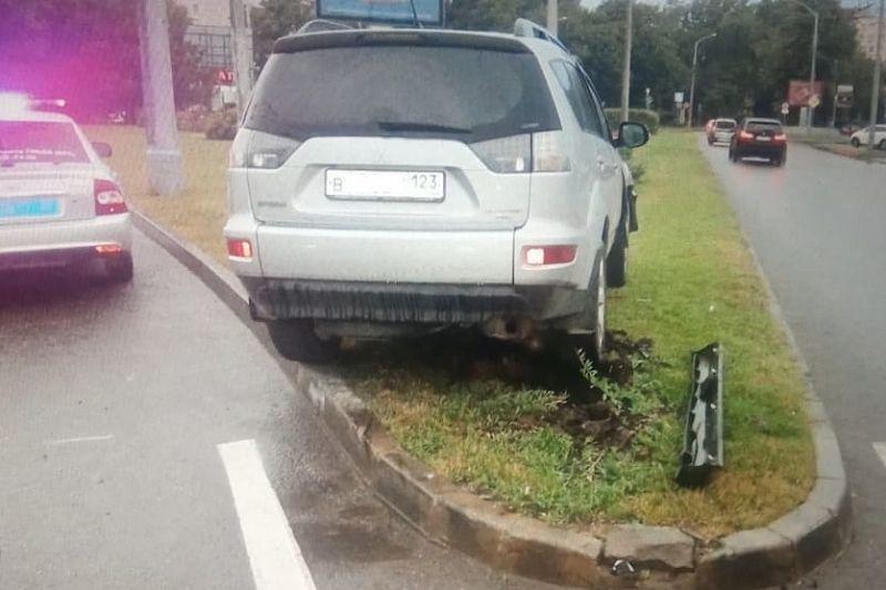 Женщина на иномарке снесла дорожные знаки в Краснодаре