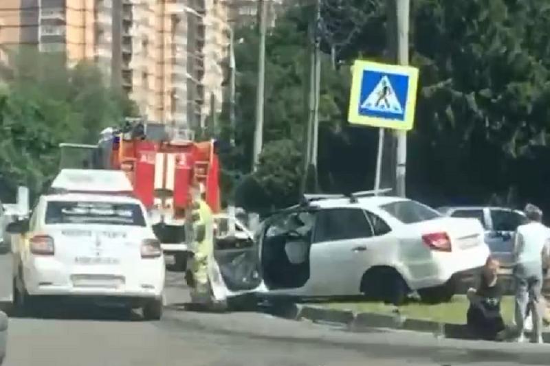 ДТП с участием трех автомобилей произошло в Краснодаре. Есть пострадавший